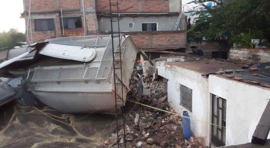 Meksika'da feci kaza! Tren raydan çıkıp evlere daldı