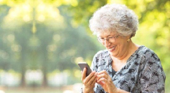Pandemiyle yaşlıların akıllı telefon kullanma oranı arttı