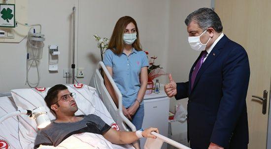 Sağlık Bakanı Koca'dan bıçaklı saldırıya uğrayan doktora ziyaret