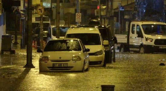 Zonguldak'ta sağanak yağış yolları göle çevirdi