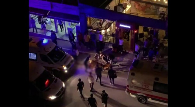 2 arkadaş bıçaklandı, kanlar içinde kafenin önüne yığıldı: 1 ölü, 1 yaralı