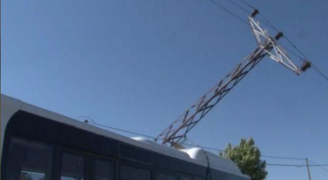 Elektrik direği İETT otobüsünün üstüne devrildi: 3 yaralı