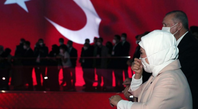 Erdoğan çifti Demokrasi Müzesi'nde gözyaşlarına hakim olamadı