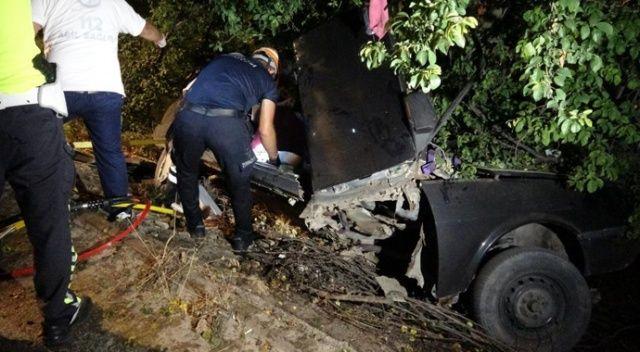 Genç sürücü kaza yaptı, araç içinde sıkıştı