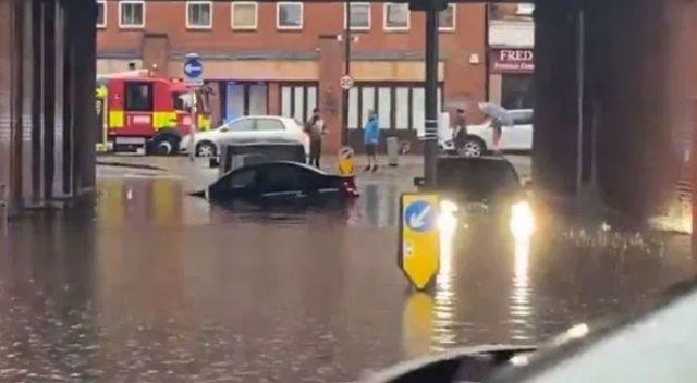 Londra'ya 1 aylık yağış 1 saatte yağdı