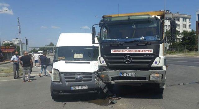Samsun'da dolmuş minibüs ile kamyon çarpıştı: 2 yaralı