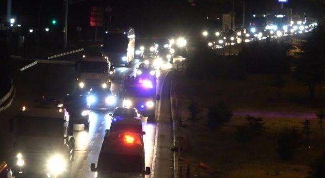 Trafik kilit: Tatilciler yollara akın etti