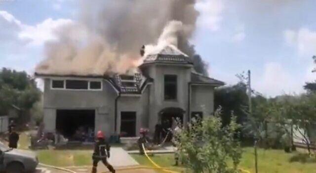 Ukrayna'da villanın çatısına uçak düştü: 4 ölü