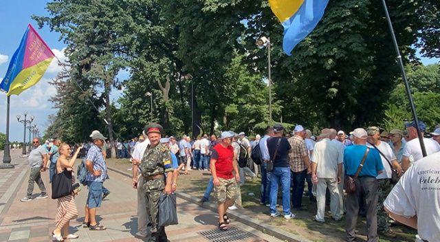 Ukrayna'da zam isteyen gaziler Meclis binasını bastı