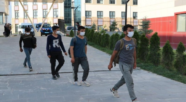 Ülkeye kaçak yollarla giren 85 göçmen KYK yurtlarına yerleştirildi