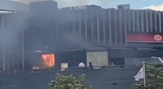 Yüzlerce kişinin olduğu AVM'de yangın çıktı!