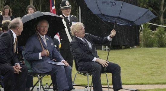 Boris Johnson'ın şemsiye ile imtihanı güldürdü