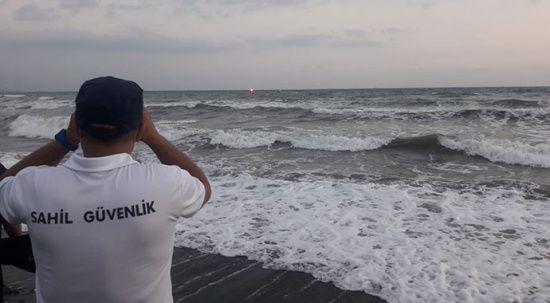Denize giren 2 gençten biri boğuldu, diğeri kayboldu