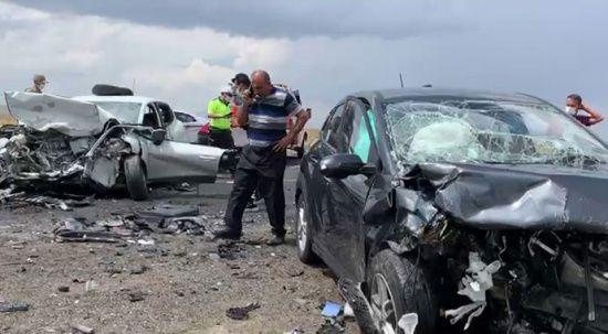 Feci kaza! İki otomobil kafa kafaya çarpıştı: 2 ölü, 7 yaralı