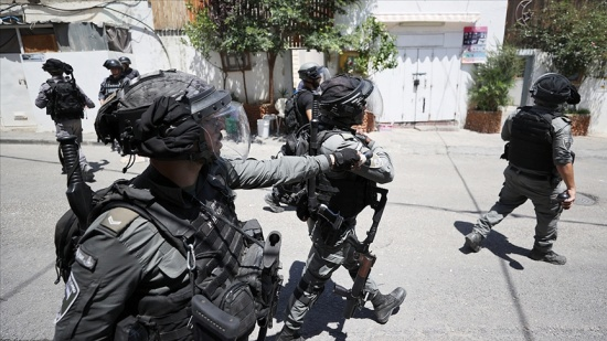 İşgalci İsrail güçlerinin Filistinli bir çocuğa ateş açtığı görüntüler sosyal medyada tepki çekti