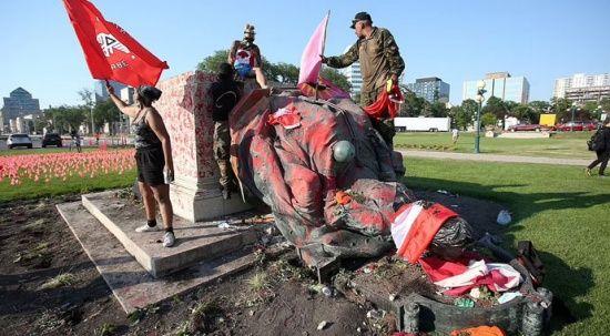 Kanada'da yerliler İngiltere kraliçelerinin heykellerini yıktılar