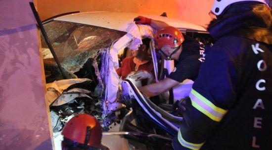 Kaza yapan otomobil telefon kulübesine girdi: 3 yaralı