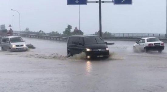 Rize'de şiddetli yağış sürücülere zor anlar yaşattı