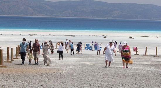 Salda Gölü'ne ziyaretçi akını