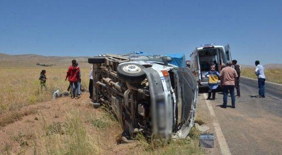 Tarım işçilerini taşıyan araç şarampole devrildi: 8 yaralı