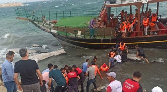 Van Gölü'nde korku dolu anlar: 34 kişi kurtarıldı