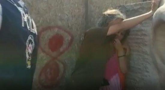 Vatandaşlar tepki gösterdi: İranlı kadın Türk bayrağını yırttı