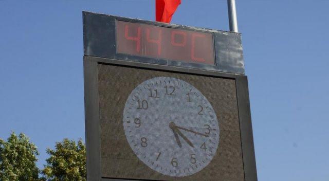 Termometre 44 dereceyi gördü, vatandaş süs havuzuna girdi