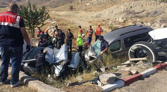 Üç aracın birbirine girdiği trafik kazasında 1 ölü 6 yaralı var