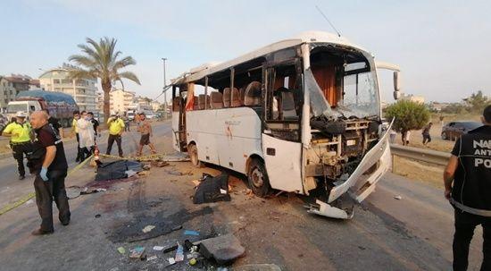 Antalya'da havaalanına giden tur otobüsü kaza yaptı, 3 ölü var