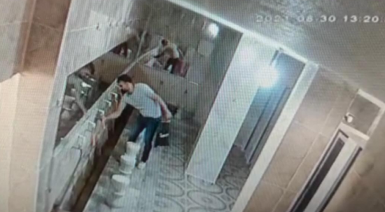 Caminin musluklarını çalan hırsız kameralara yakalandı