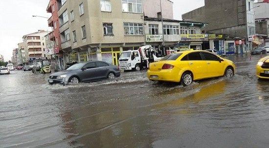 Kars'ta sağanak yağmur! Caddeler gölete döndü