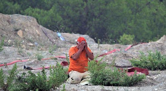 Manavgat'ta duygulandıran görüntü: Alevlerin arasında namaz kıldı