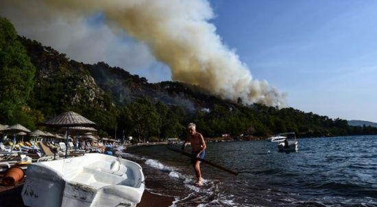 Marmaris'te turistler yangın dinlemedi, tatillerine devam etti