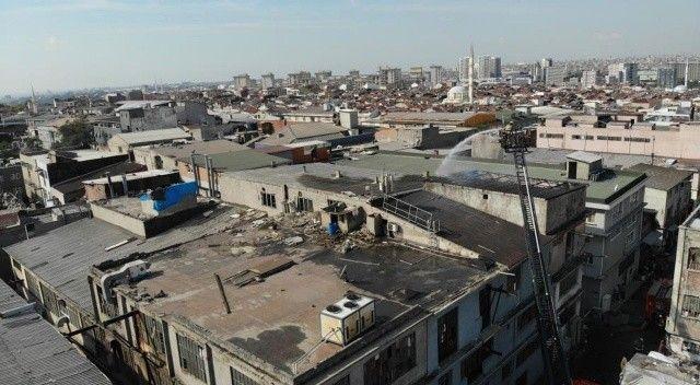 Bayrampaşa'da bir iş yerinin çatısında yangın çıktı: O anlar drone ile görüntüledi