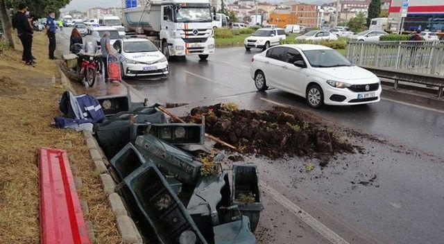 Belediye işçilerini taşıyan römork devrildi! 3 kişi yaralandı
