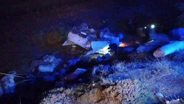Bitlis'te araba kamyonetle çarpıştı, 8 kişi yaralandı