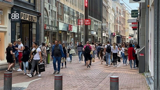 Hollanda'da sosyal mesafenin yerini 'korona kartı' aldı