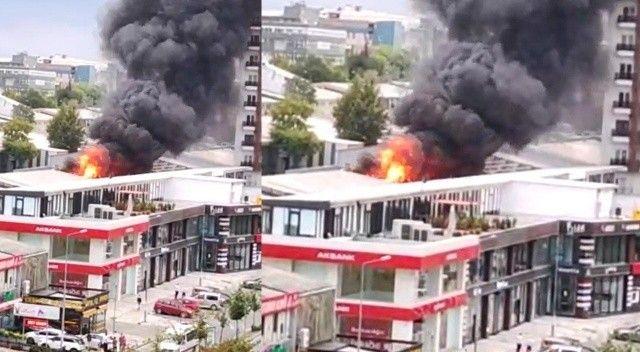 İş yerinin çatısı alev alev yandı