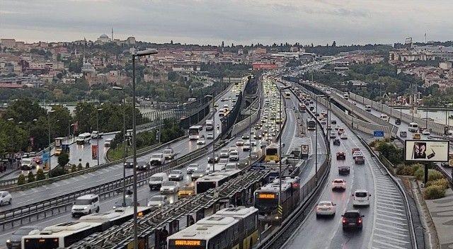 İstanbul'a yağmur düştü, trafik çilesi katlandı