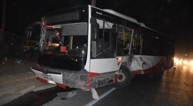 İzmir'de belediye otobüsü ile tır çarpıştı: Yaralılar var