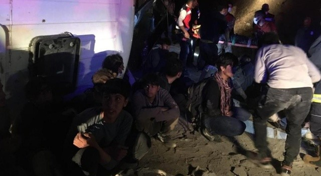 Kaçak mülteci taşıyan minibüs devrildi