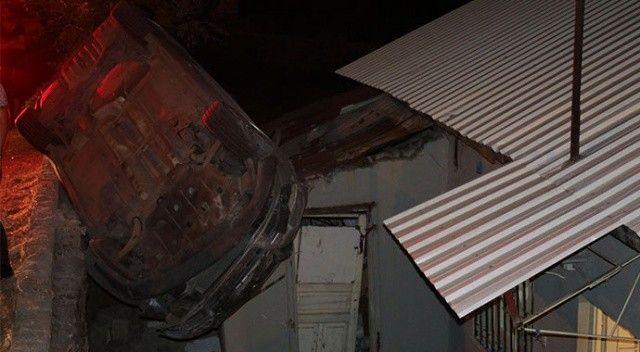 Kontrolden çıkan otomobil evin çatısına uçtu