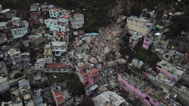 Meksika'da facia! Dev kayalar yerinden kopup evlerin üstüne düştü