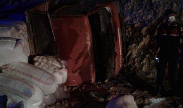 Mersin'de saman yüklü kamyon devrildi, ölü ve yaralılar var