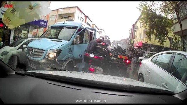Minibüsçü trafiğin ortasında kasklı motosikletliye kafa attı
