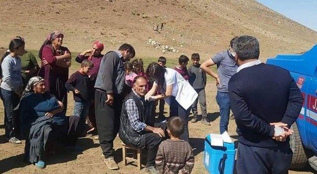 Mobil sağlık ekipleri tek tek köyleri gezerek vatandaşları aşılıyor