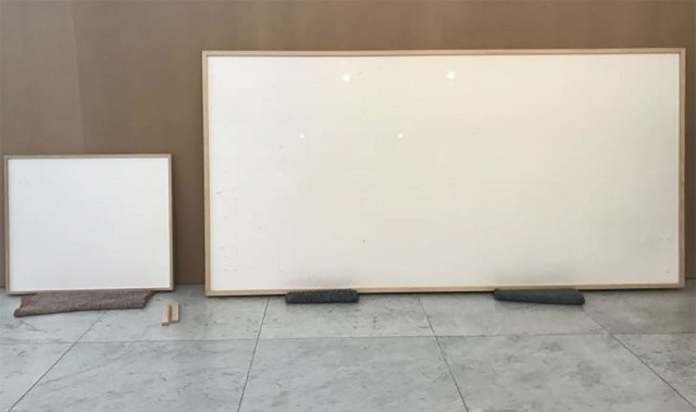 Modern sanat eseri diye müzede boş tablo sergilediler