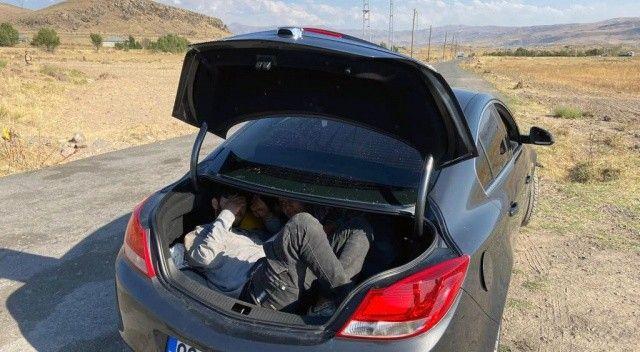 Otomobil bagajından 3 Afgan çıktı