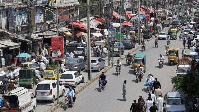 Pakistan'da Covid aşısı olmayan 100 kişi gözaltına aldı