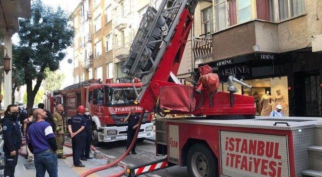 Pendik'te 5 katlı binada çatı yangını